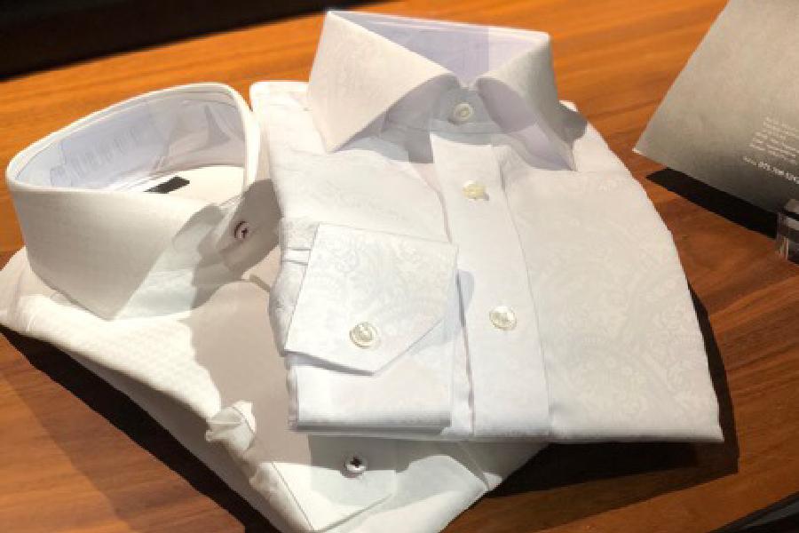 白色のシャツ